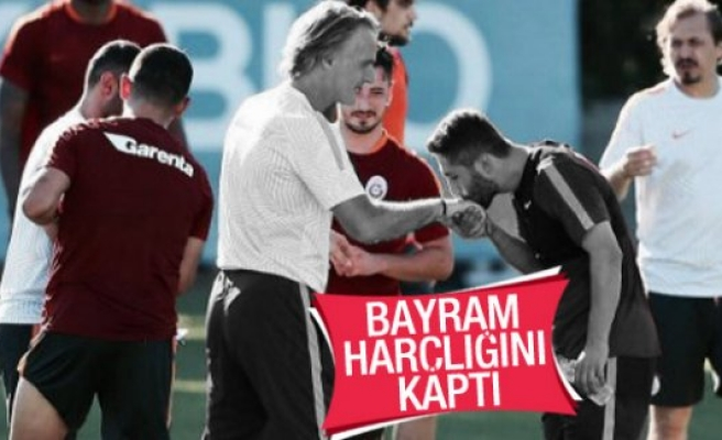 Sabri Riekerink'in elini öptü