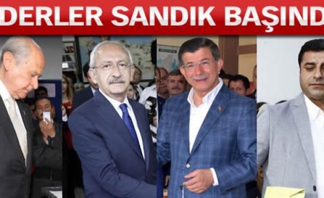 Siyasi partilerin liderleri oylarını kullandı