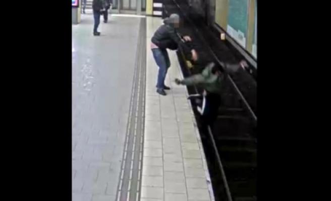 Stockholm metrosunda dilenciye tren raylarına iten bir kişi tutuklandı