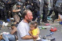 Bir babanın en zor anı! Kucağında çocuğu dayak attılar!