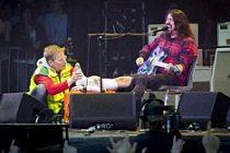 Göteborg'de Sahnede Ayağını Kırdı, Konsere Devam Etti!