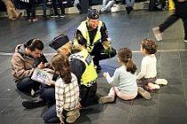 İsveç polisinden sığınmacı çocuklara sıcak karşılama
