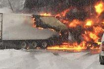 İsveç'te yol ortasında TIR, alev alev yandı