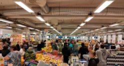 """Marketteki kalabalık kasiyeri sinirlendirdi: """"Uzaklaşın"""""""