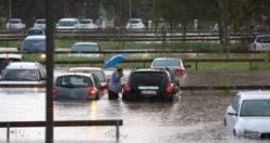 İsveç'te sağanak yağış etkili oldu: Evleri su bastı, araçlar suya gömüldü