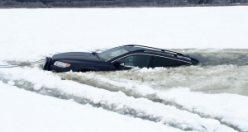 İsveç'te buz bağlayan gölün üzerinden geçen iki araç battı