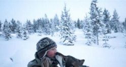85 Köpeğiyle yaban hayatı yaşayan İskandinavyalı kadın