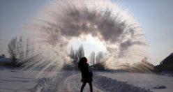Havaya atılan kaynar su yere düşmeden buz oluyor