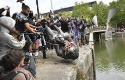 İngiltere'de göstericiler köle tacirinin heykelini yıkıp nehre attı