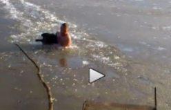 İşte insanlık! köpeği buzlu gölden böyle kurtardı...VİDEO