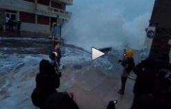 Spikeri Canlı yayında az kalsın su sel götürüyordu...VİDEO