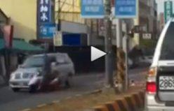 Arabaya çarpan motosikletli uçtu...VİDEO