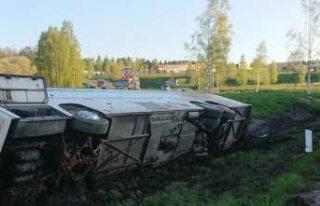 İsveç'te 54 kişi taşıyan otobüs devrildi