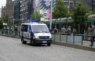 Finlandiya'da polis silahlı saldırganı vurarak...