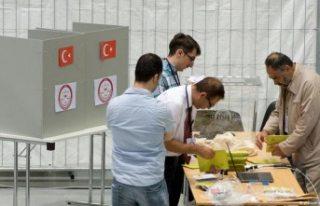 Yurtdışında yaşayan seçmenlerin oy kullanma işlemi...