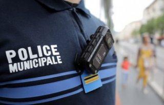 Fransa'da polis şiddeti: Ayağını öptürdü!