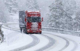 İsveç'te beklenen uyarı, kar geldi sürücüler...