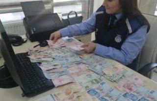 Dilencinin üzerinden çıkan para zabıta memurlarını...