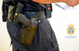 İsveç'te polis memuru ilk iş gününde silahını...