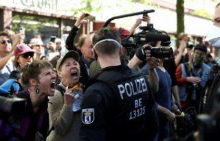 Almanya'da koronavirüs kısıtlamaları protesto...
