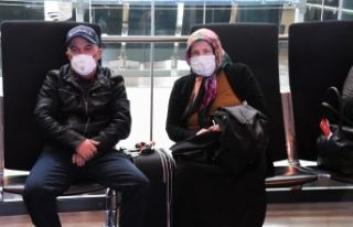 İsveç'ten giden uçakta karantinaya alınanlar...
