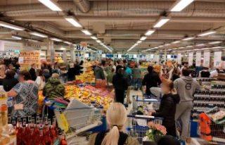 Markette oluşan kalabalık İsveçli kasiyeri çileden...