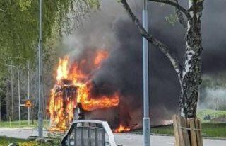 Örebro'da yoldaki otobüs bir anda alevlendi