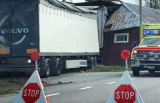 Yoldan çıkıp ahıra giren kamyonun sürücüsü...
