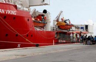 Günlerdir denizde bekletilen Ocean Viking gemisindeki...