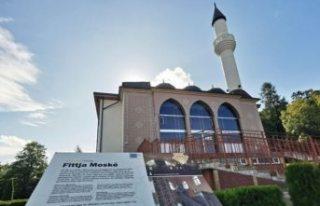 Polis ırkçılara karşı Fittja Ulu Camisini korumaya...