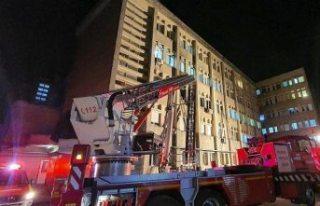 Hastanede çıkan yangında 10 Covid-19 hastası hayatını...