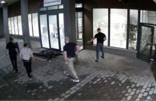 Stockholm'de polis karakoluna saldıran bir kişi...