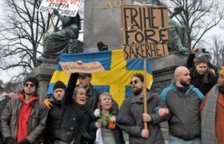 İsveç'in 3 kentinde yüzlerce kişi Kovid-19...