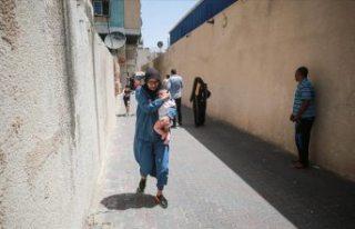 İsrail Gazze'de sivillere ait binayı vurdu,...