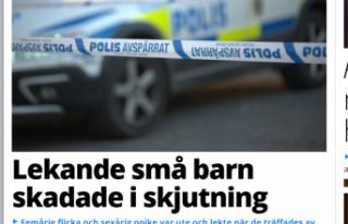 İsveç'te sokakta oynayan iki küçük çocuk...