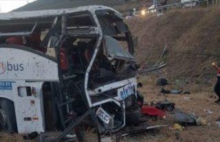 Balıkesir'de yolcu otobüsü devrildi: 14 kişi...