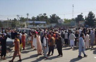 Binlerce sivilin akın ettiği Kabil Havalimanı'nda...