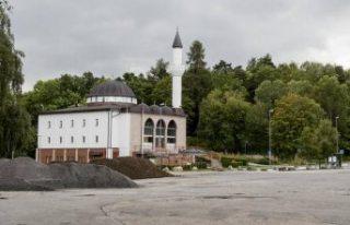 İsveç'te Fittja Ulu Camisi'nin önündeki...