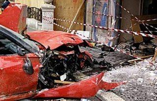 3,5 milyon kronluk Ferrari'yle dükkana daldı