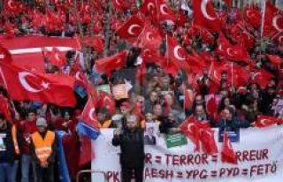 Avrupa'da 'Teröre Lanet Demokrasiye Davet'...