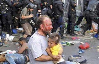 Bir babanın en zor anı! Kucağında çocuğu dayak...