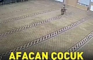 Camii'de namaz kılanlara öyle bir şaka yaptı ki!VİDEO