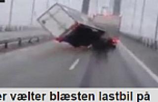Danimarka'da rüzgar TIR'ı yan yatırdı...VİDEO