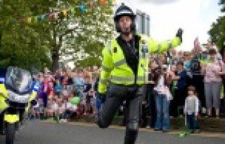 Dans yarışında olan polisler tıklanma rekorları...