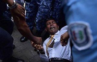 Devlet başkanını yerde sürükleyerek mahkemeye...