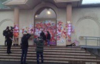 Dün Uppsala'da kundaklanan camiye 6 bin İsveçli...