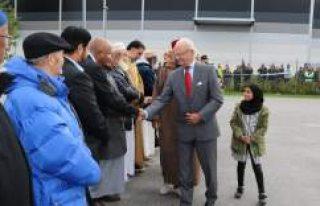 İsveç Kralı Gustaf, kundaklanan camiyi ziyaret...