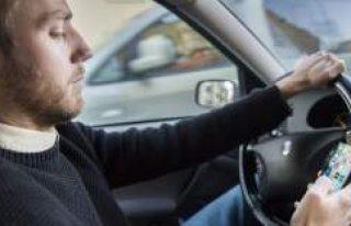 İsveç'te araba sürerken cep telefonu elde...