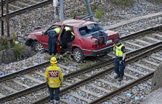 İsveç'te araba tren yoluna uçtu!