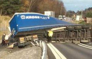 İsveç'te devrilen tır ulaşımı durdurdu